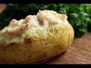 Batata recheada ao molho de queijo e frango